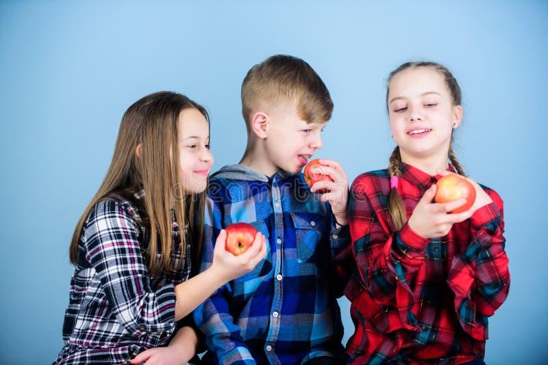 Adolescentes com petisco saud?vel Nutri??o saud?vel da dieta e da vitamina Coma o fruto e para ser saud?vel E tendo foto de stock royalty free