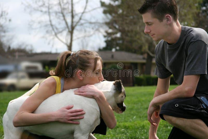 Adolescentes com um cão fotos de stock