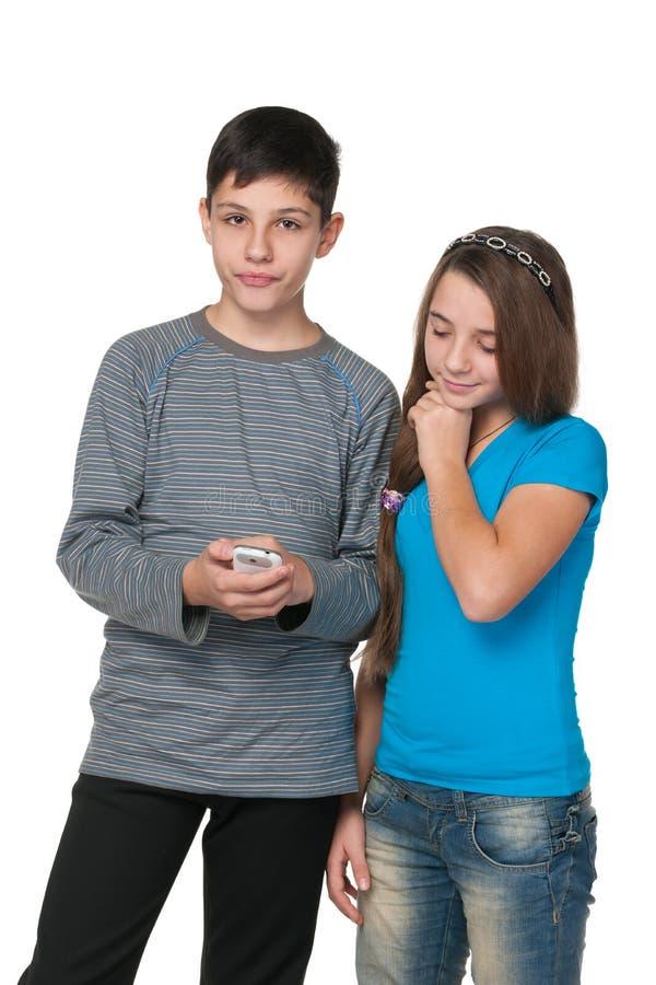 Adolescentes com um telefone celular imagens de stock