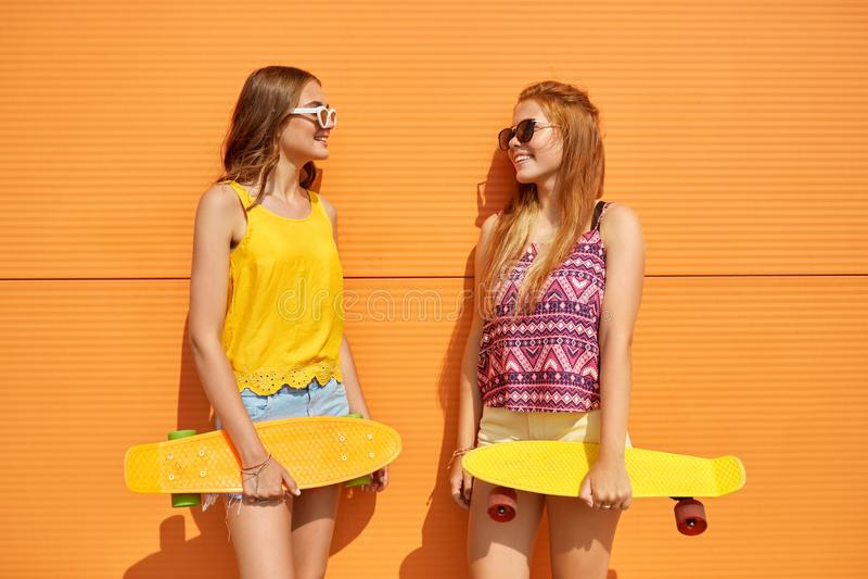 Adolescentes con los monopatines cortos al aire libre fotografía de archivo libre de regalías