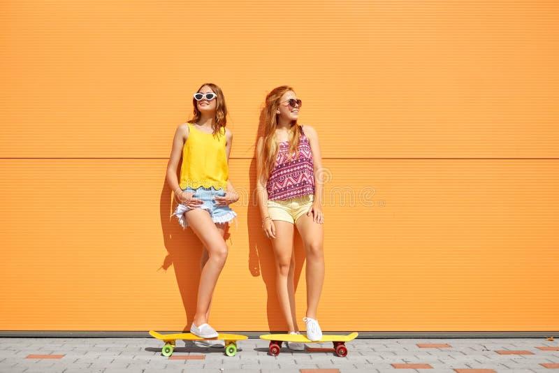 Adolescentes con los monopatines cortos al aire libre imagenes de archivo