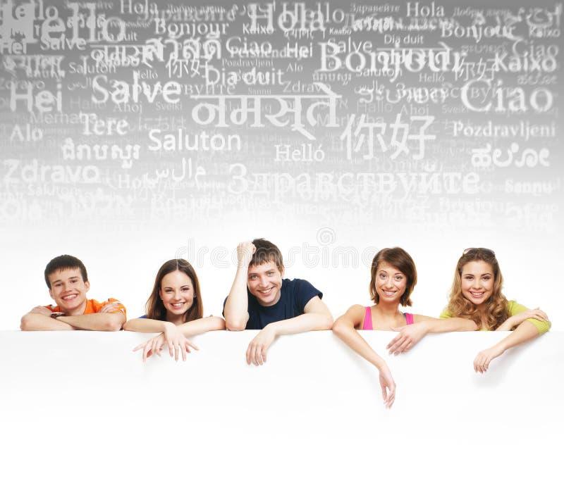Adolescentes con una cartelera gigante, en blanco, blanca fotos de archivo