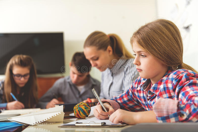 Adolescentes concentrados en la lección fascinadora foto de archivo