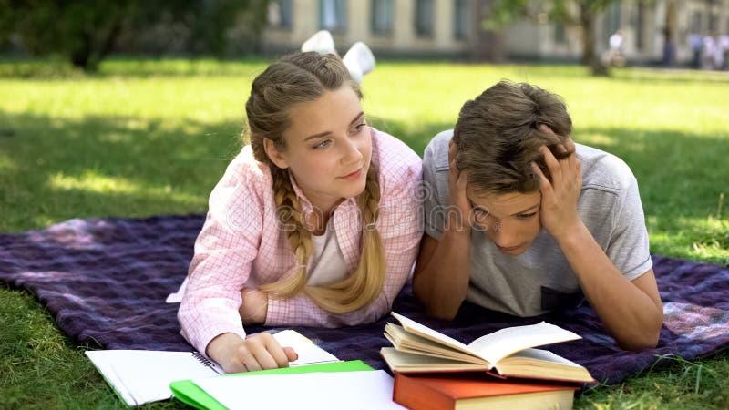 Adolescentes da virada esgotados ap imagem de stock