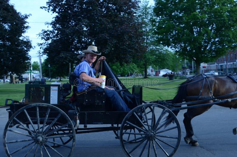 Adolescentes de Amish na cidade pequena América imagens de stock