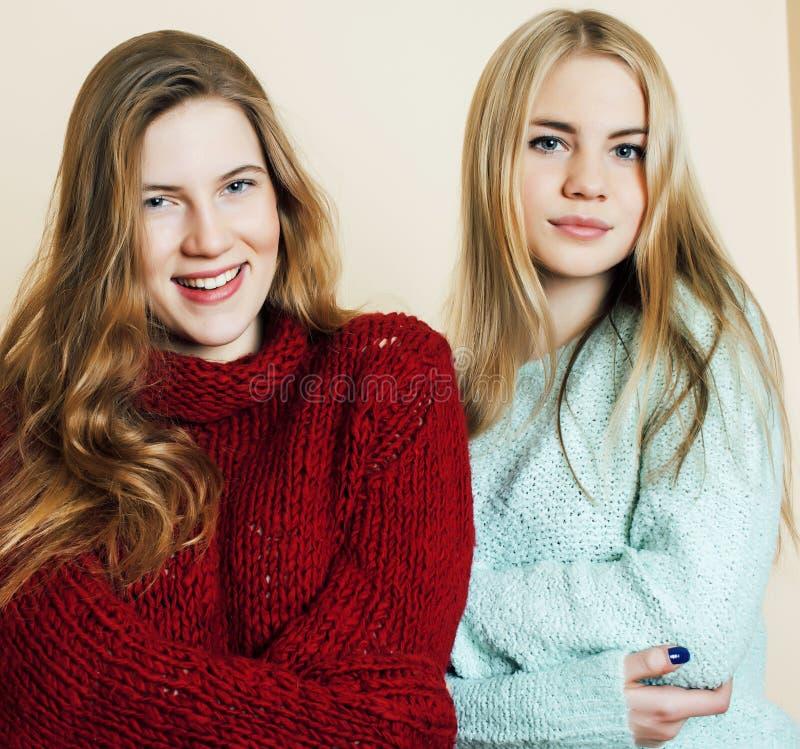 Adolescentes de meilleurs amis ayant ensemble l'amusement, pose ?motive sur le fond blanc, sourire heureux de besties, mode de vi photographie stock