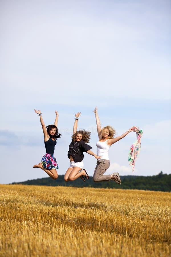 Adolescentes de salto felizes fotografia de stock royalty free