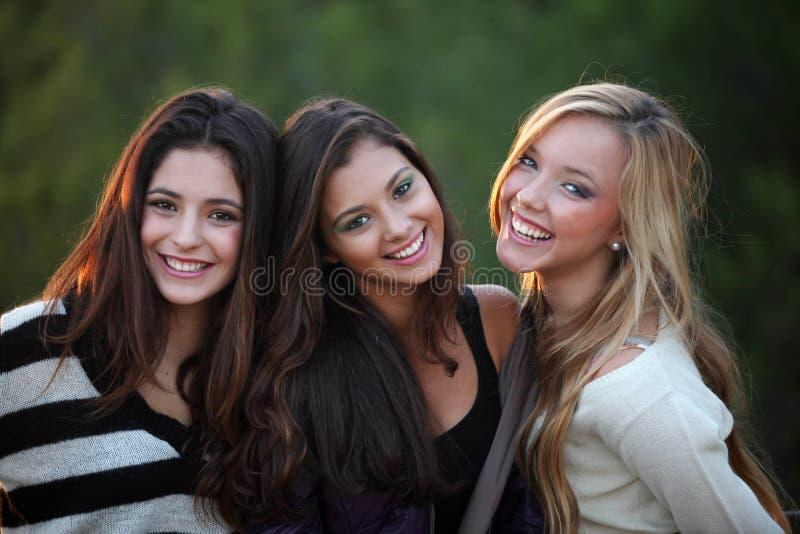 Adolescentes de sorriso com os dentes brancos bonitos fotografia de stock