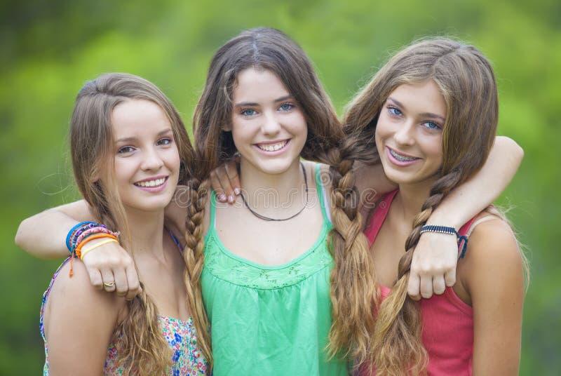 Adolescentes de sorriso felizes com dentes brancos fotografia de stock royalty free