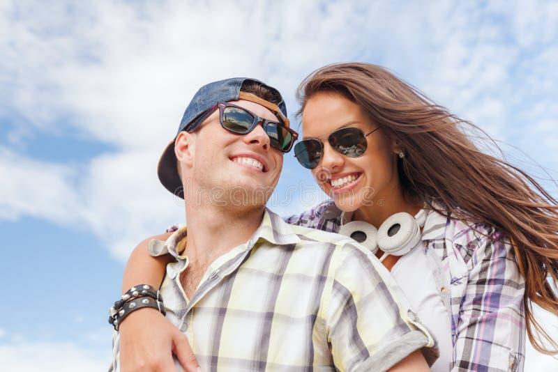 Adolescentes de sorriso nos óculos de sol que têm o divertimento fora imagens de stock