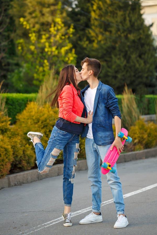 Adolescentes el fecha Primer amor fotografía de archivo
