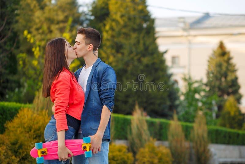Adolescentes el fecha Primer amor imagen de archivo libre de regalías