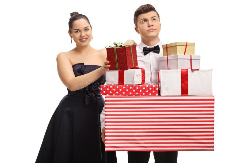 Adolescentes elegantemente vestidos com lotes dos presentes imagens de stock royalty free