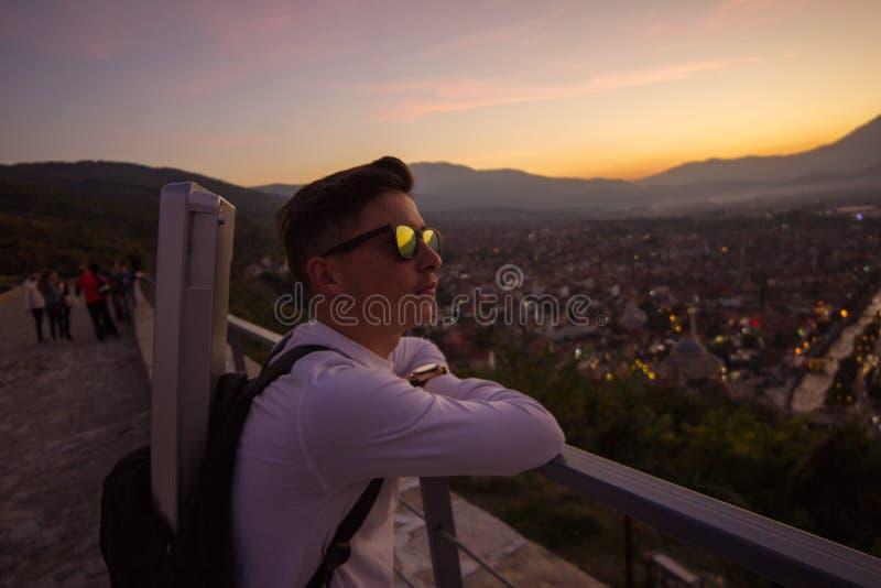 Adolescentes elegantes con los vidrios de sol se inclinan en las verjas arriba delante de foto de archivo