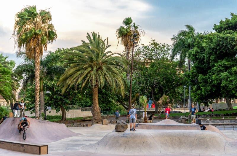 Adolescentes em bicicletas e em 'trotinette's no parque de Granja do La em Santa Cruz de Tenerife, Ilhas Canárias, Espanha fotografia de stock royalty free
