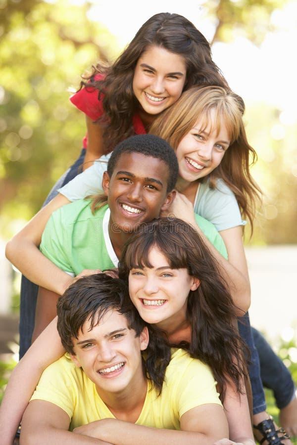 Adolescentes empilhados acima no parque fotos de stock royalty free