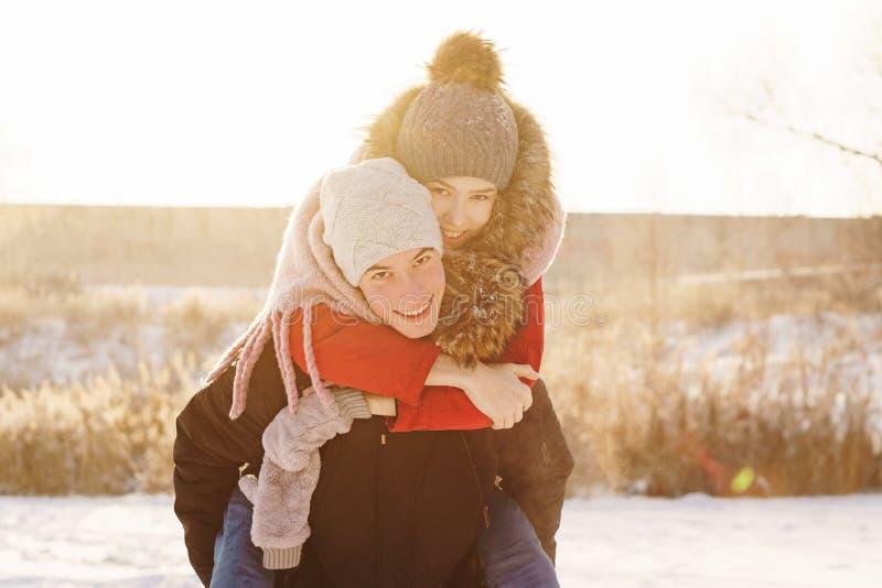 Adolescentes en amor Fecha en invierno imagenes de archivo