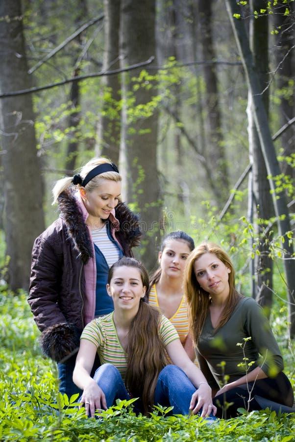 Adolescentes en el bosque foto de archivo