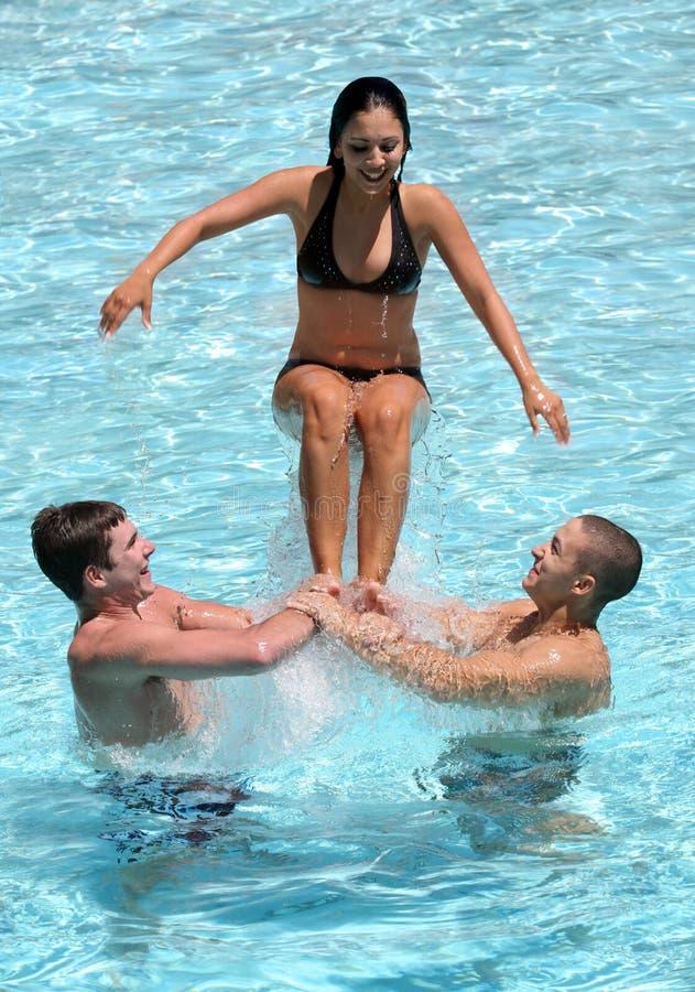 Adolescentes en la piscina fotografía de archivo