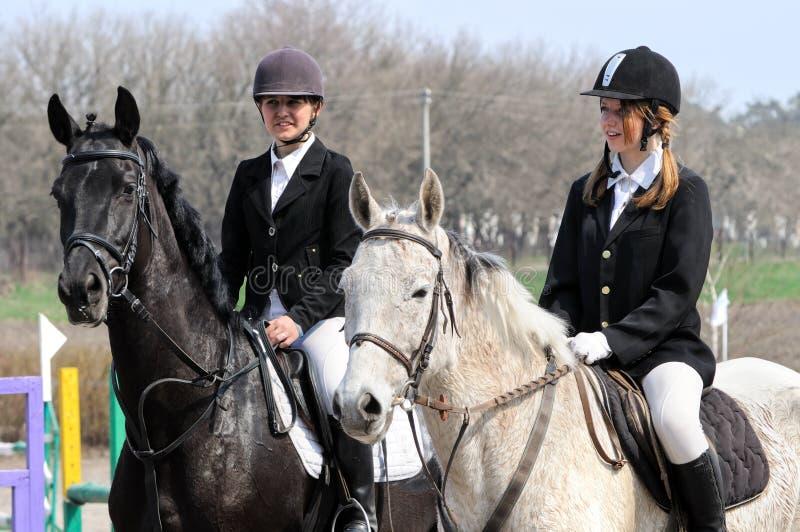 Adolescentes et chevaux fatigués photo stock