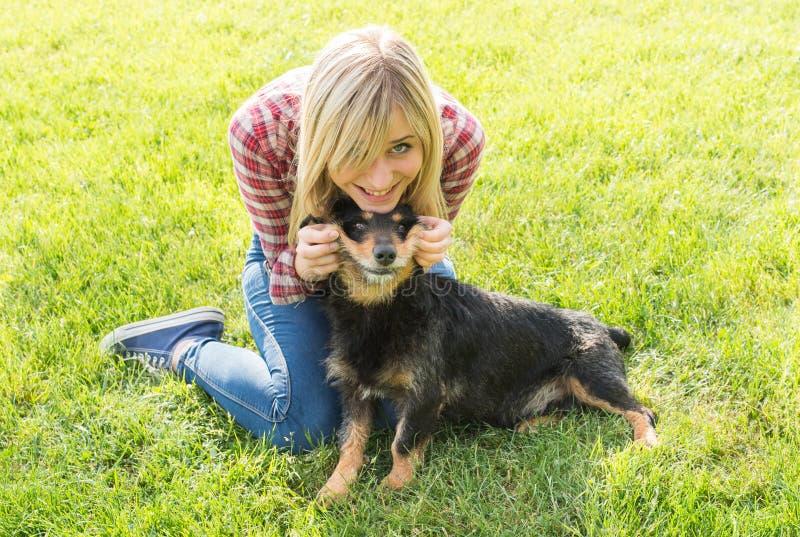Adolescentes et chien photographie stock