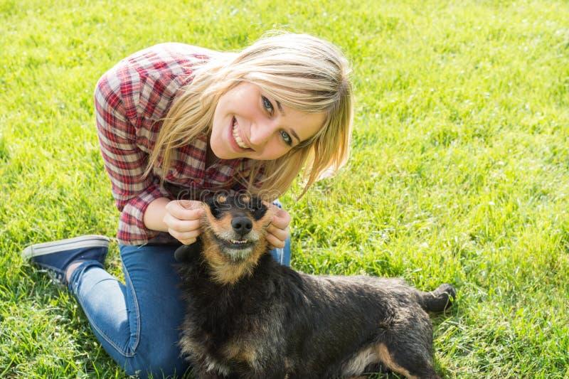 Adolescentes et chien images libres de droits