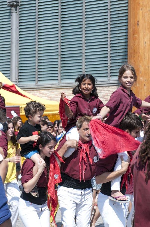 Adolescentes felices en el día nacional de Cataluña de Barcelona fotografía de archivo