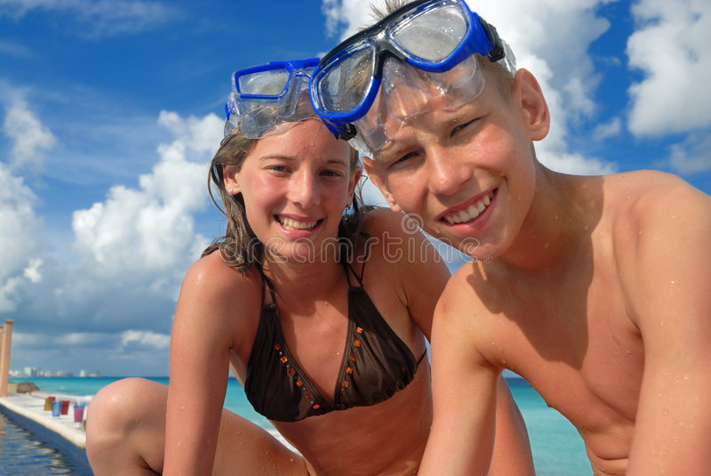 Adolescentes felizes do snorkel na praia fotos de stock