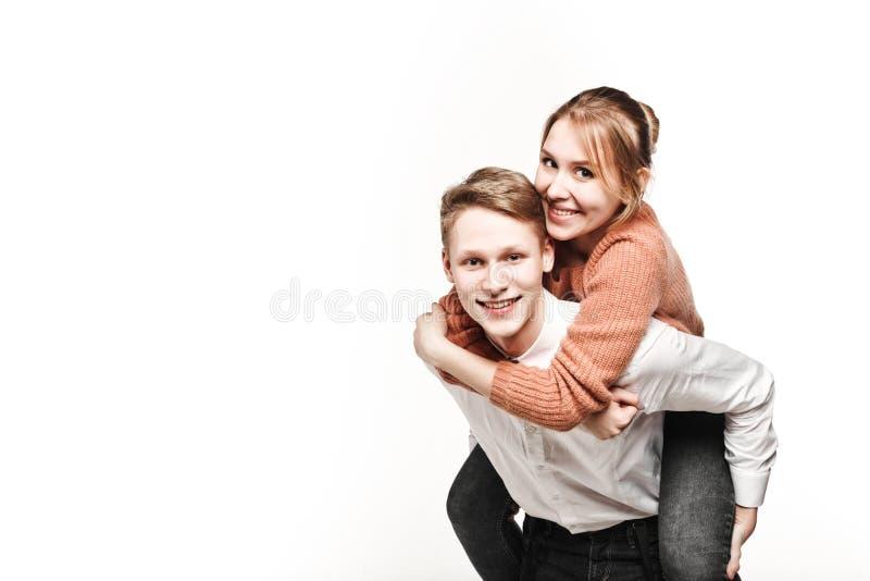 Adolescentes felizes dos pares no estúdio imagens de stock royalty free