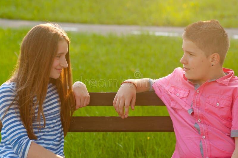Adolescentes felizes no amor fotografia de stock royalty free