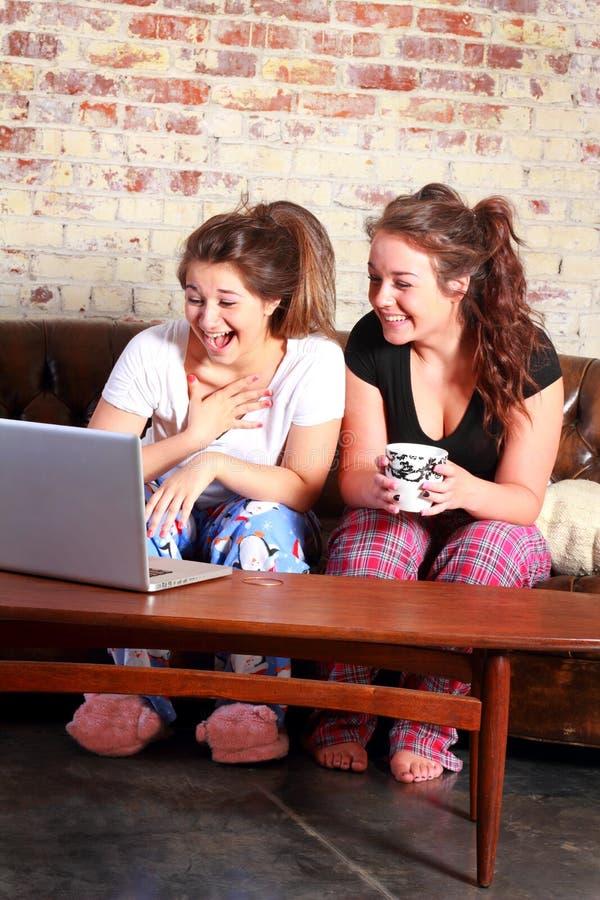 Adolescentes felizes no computador imagens de stock royalty free