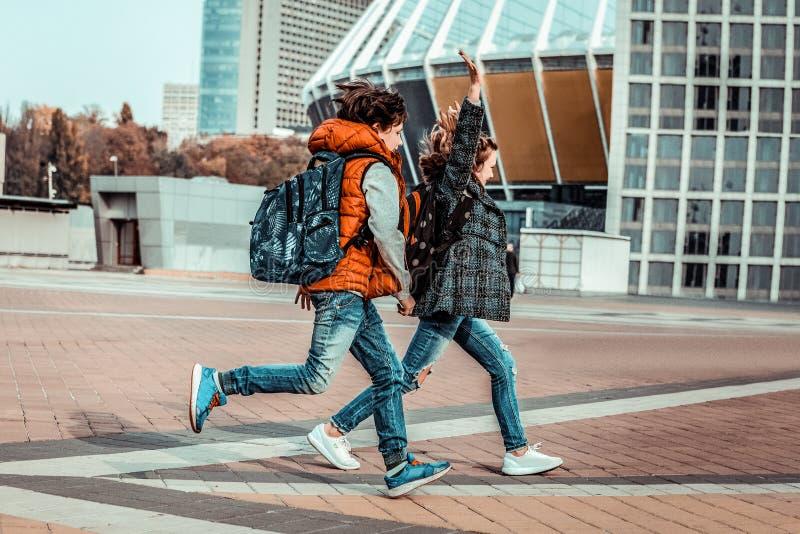 Adolescentes felizes que passam o tempo junto após lições imagem de stock