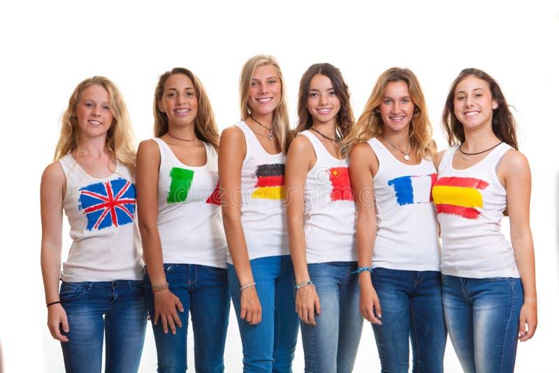 Adolescentes internacionais e bandeiras. fotos de stock