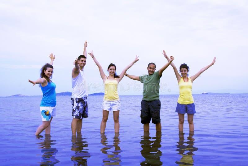 Adolescentes na praia imagem de stock royalty free
