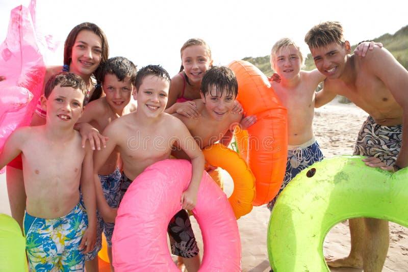 Adolescentes na praia fotografia de stock royalty free