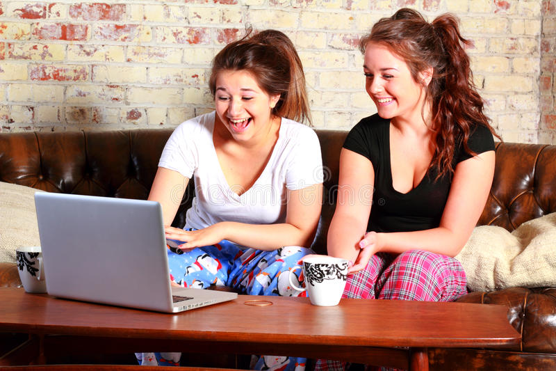 Adolescentes no computador foto de stock royalty free