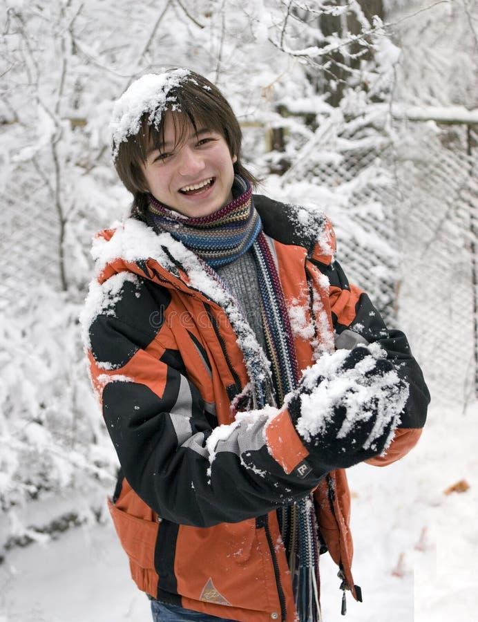 Adolescentes no lenço com snowball foto de stock royalty free