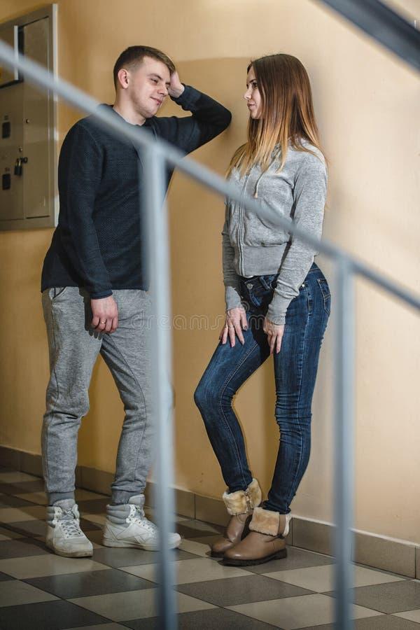 Adolescentes novio y novia que se abrazan en el pasillo de una construcción de viviendas foto de archivo