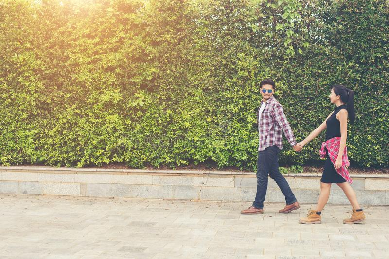 Adolescentes novos dos pares do moderno no amor na cidade, holid do verão fotografia de stock