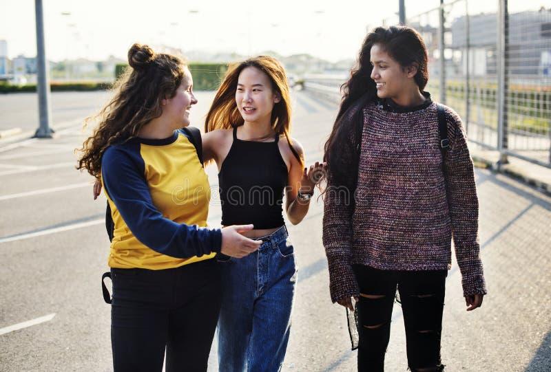 Adolescentes novos que andam para trás em casa fotografia de stock royalty free