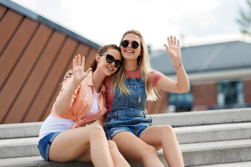 Adolescentes ou amigos na rua da cidade no verão fotos de stock