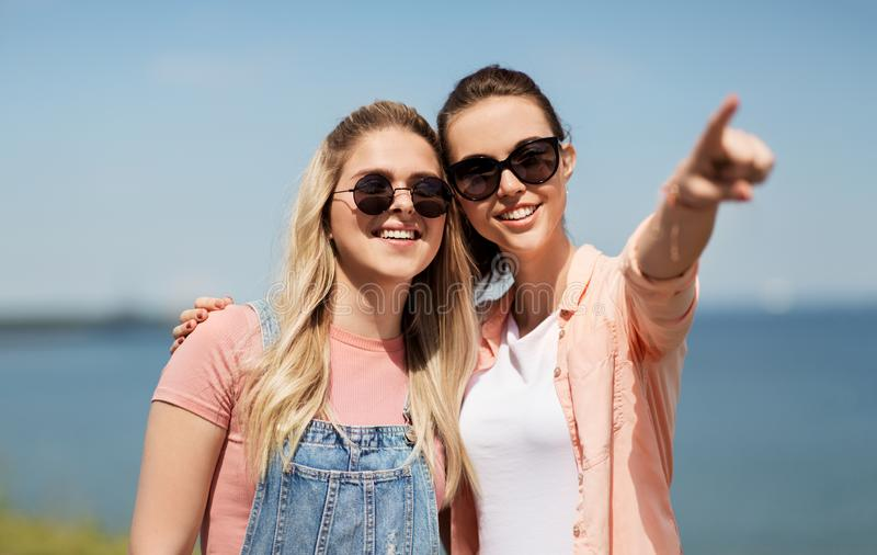 Adolescentes ou melhores amigos no beira-mar no verão imagem de stock