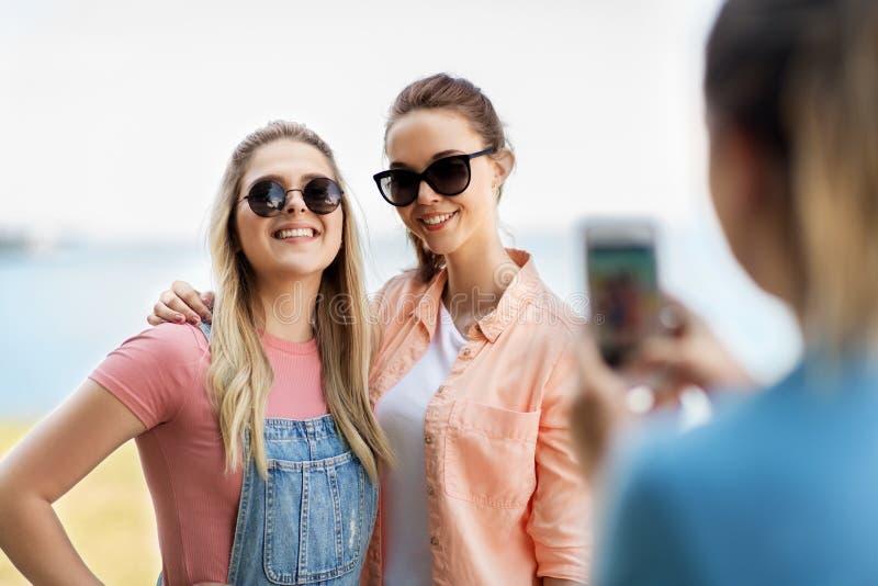 Adolescentes ou melhores amigos que estão sendo fotografados imagem de stock royalty free