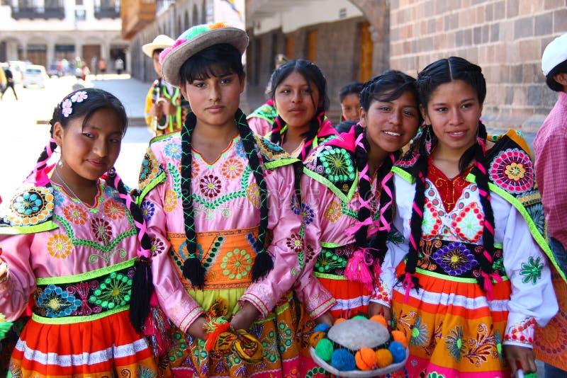 Adolescentes péruviennes dans le vêtement traditionnel image libre de droits