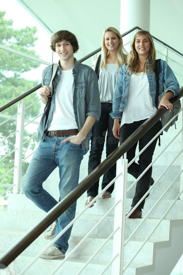 Adolescentes que andam abaixo das escadas foto de stock royalty free