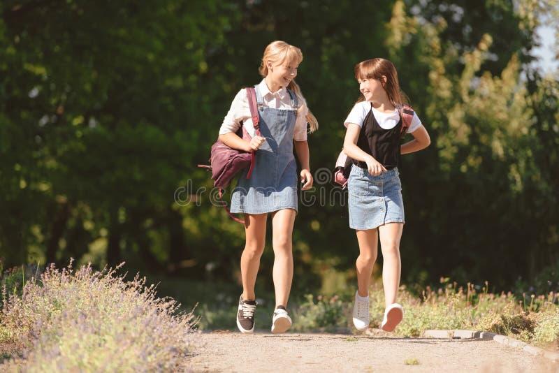Adolescentes que andam no parque fotos de stock