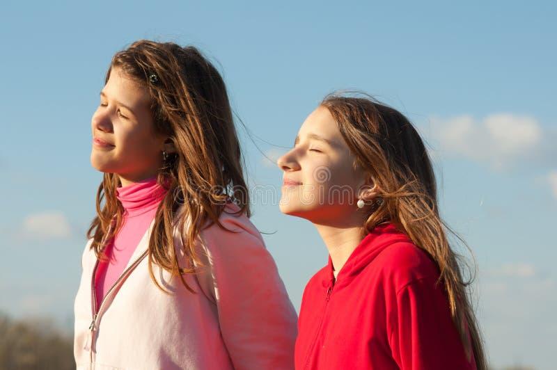 Adolescentes que apreciam o dia de mola bonito foto de stock royalty free