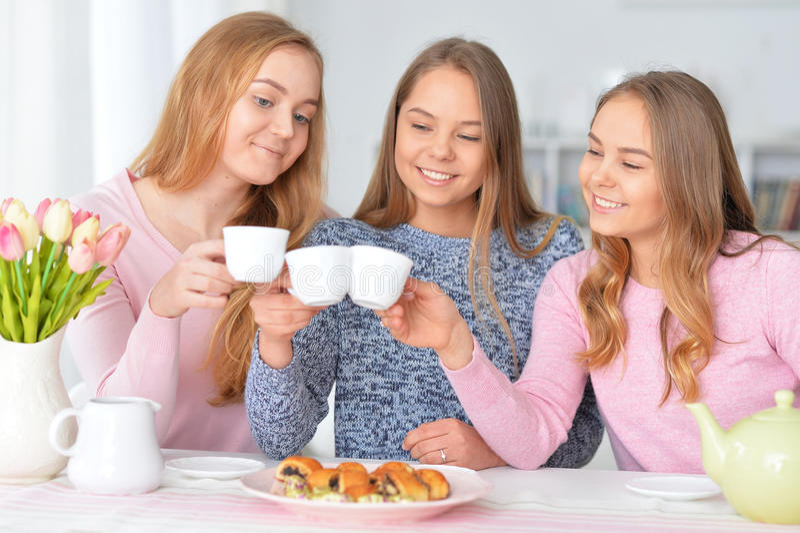 Adolescentes que beben té imagen de archivo libre de regalías