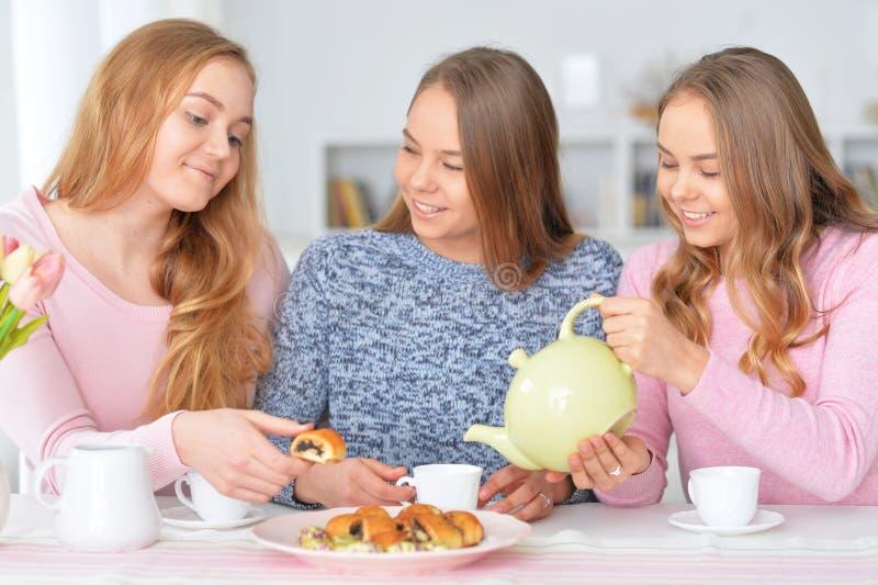 Adolescentes que beben té imágenes de archivo libres de regalías