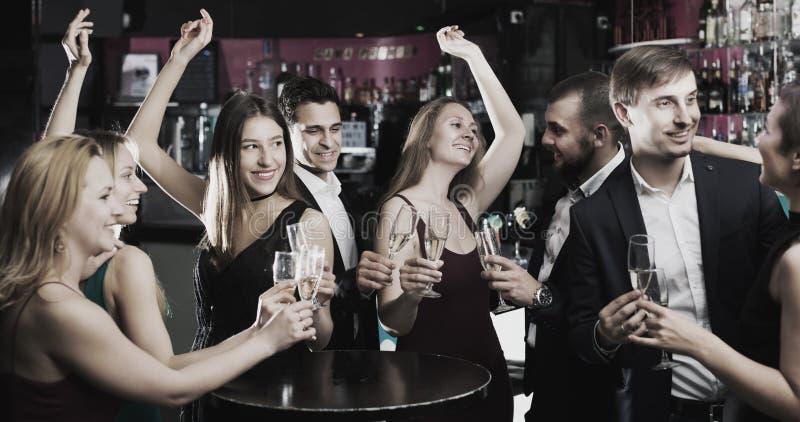 Adolescentes que comemoram o fim da sessão imagem de stock
